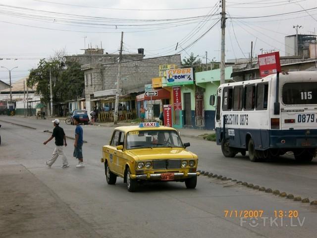 Эквадор. Разделительная полоса из ядер - попробуй нарушить ;)