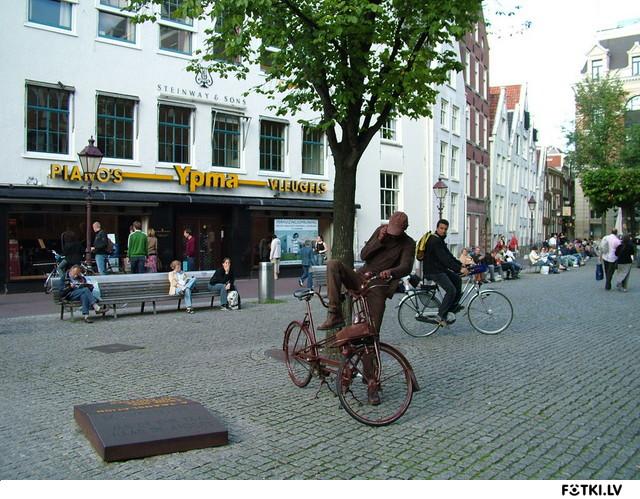 Живой памятник голландскому велосипедисту