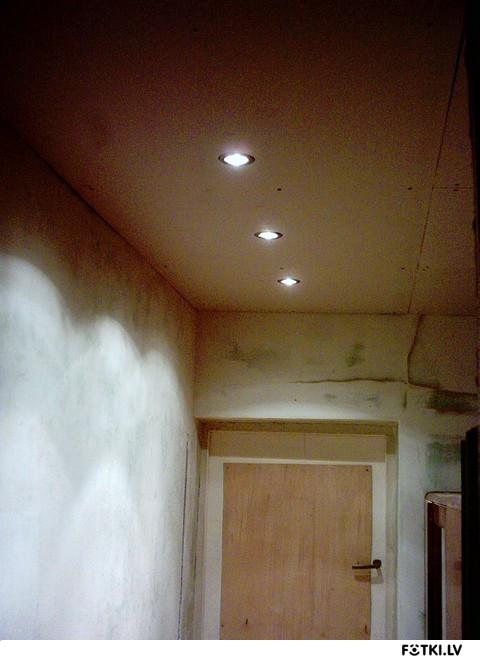 Широкий ригель на потолке как обыграть фото